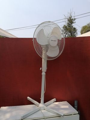 Like new Design Accents pedastel fan 3 speed Oscillating for Sale in Spring Valley, CA