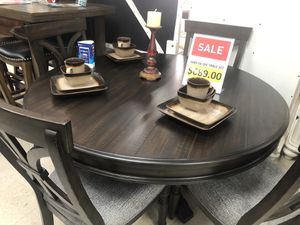 5 PC Round Dining Room Set for Sale in High Point, NC
