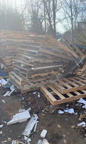 Free pallet for Sale in Oakton, VA