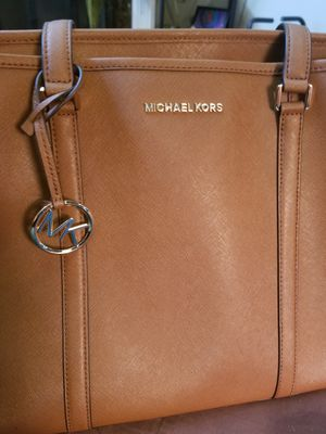 Michael Kors Large tote. Hardly used just bought for 280 in April for Sale in Atlanta, GA