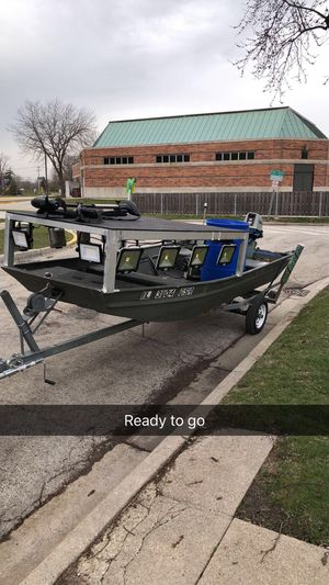 14ft bow fishing flat bottom Jon boat with 25hp Suzuki tiller for Sale in Robbins, IL