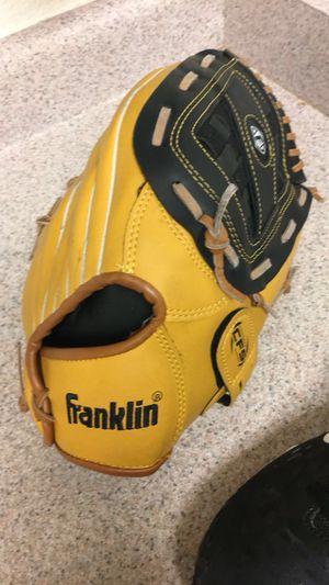 Girls softball left hand glove for Sale in Fresno, CA
