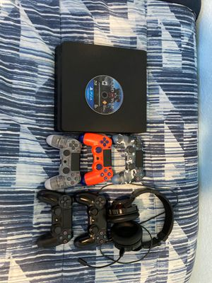 -PlayStation4 with five wireless controllers (4 used and one new), a pair of headphones and a disc game (God of War). PlayStation4 con cinco control for Sale in Homestead, FL