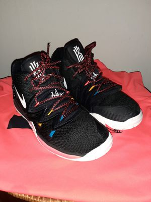 "Kids Kyrie Irving 5 ""Friends"" edition sz 3Y for Sale in Gastonia, NC"