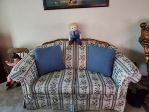 Broyhill love seat for Sale in Fort Wayne, IN