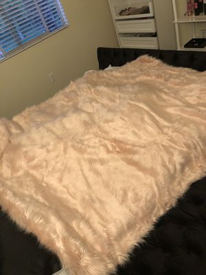 Luxury Pink Faux Fur Throw Blanket for Sale in Moreno Valley, CA