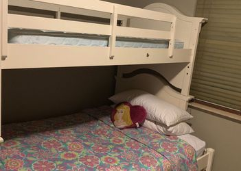 Classic White Wood Bunk Bed (Twin/Full) for Sale in Miami,  FL