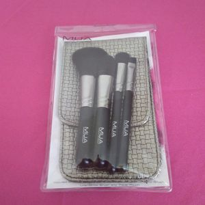 NWT makeup brushes with pouch for Sale in Washington, DC