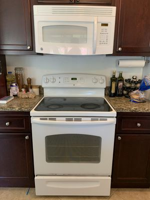 GE electric oven range stove cooktop and GE range hood microwave for Sale in Garden Grove, CA