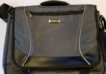 Grey Kenneth Cole laptop bag for Sale in Tacoma,  WA