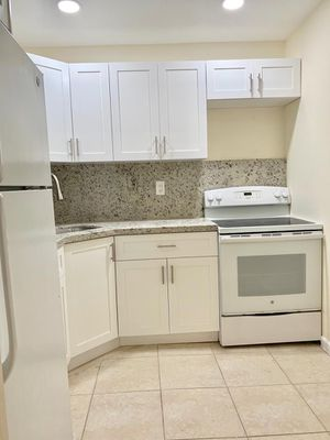 Kitchen cabinets and countertop for Sale in Pembroke Pines, FL