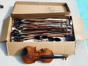 40 assortment of bows 1 violin and chin rests for Sale in St. Petersburg, FL