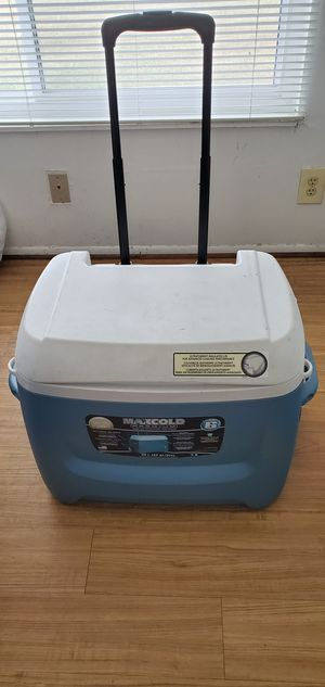 Igloo maxcold rolling cooler/ 58L 95 cans for Sale in Sterling Heights, MI