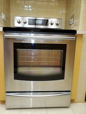 Samsung 30 in. 5.9 cu. ft. Single Oven Electric Range with Self-Cleaning True Convection Oven in Stainless Steel very good condition for Sale in Roseville, MI