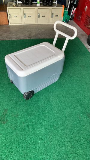 40qt compact Igloo cooler wheeled with handle for Sale in Woodstock, GA