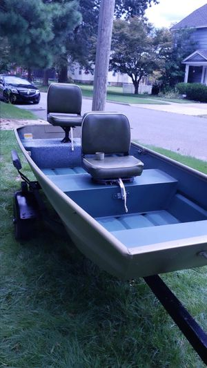 12' job boat with tilt trailer motor battery and more! for Sale in Glassboro, NJ