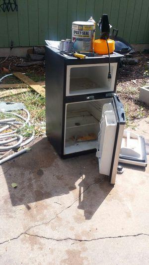 FREE mini fridge. (Not working) for Sale in Austin, TX