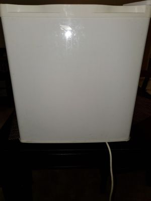 "White mini fridge great condition inside and out ready for pick up. Dimensions 19 ""×19"" for Sale in San Dimas, CA"