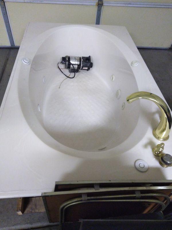 Freestanding Jacuzzi Hot Tub**