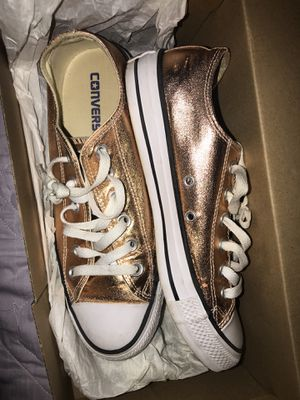Women's converse size 8 in women's 6 in mens unisex for Sale in Cleveland, OH
