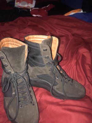 """Yeezy boots size 42 """"9"""" for Sale in Cleveland, OH"""