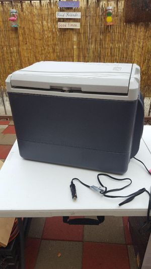COLEMAN COOLER 40 QUART PORTABLE/ICELESS ELECTRIC WITH CAR OUTLET for Sale in Los Angeles, CA