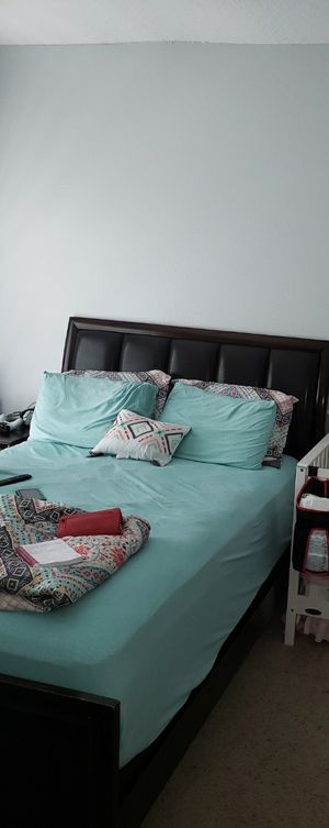 Queen bed frame for Sale in Kissimmee, FL