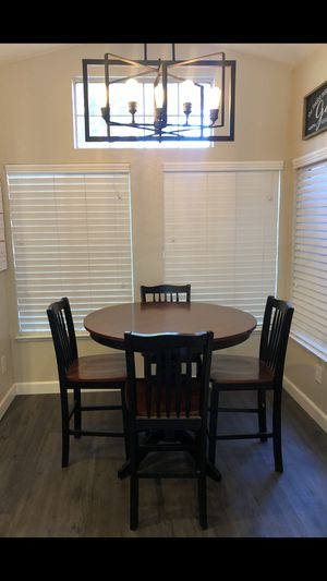 Round kitchen table with chairs for Sale in Modesto, CA