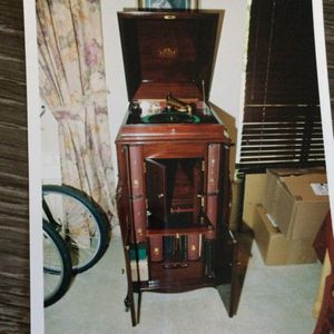 Mint condition Victrola music machine build an 18Century for Sale in Hayward, CA
