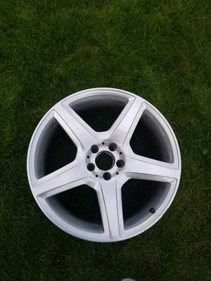Mercedes cls wheel resr cracked in various spots for parts 19inch for Sale in Chicago, IL