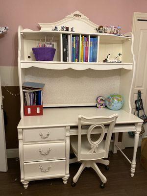 Girl's desk with hutch for Sale in Miami Gardens, FL