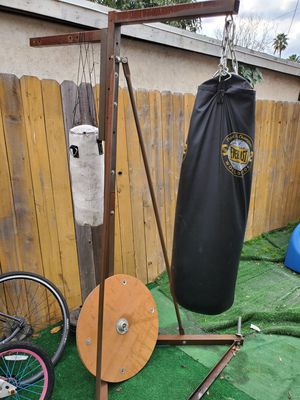 Everlast Punching Bag And Stand for Sale in Los Angeles, CA