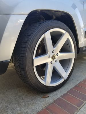 "22""×9,5"" wheels 5on5 lug pattern 265/40zr22 tires almost new for Sale in Placentia, CA"