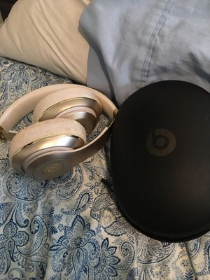 Beats studio Wireless White and Gold (Small damage on right side) for Sale in Brooklyn, NY