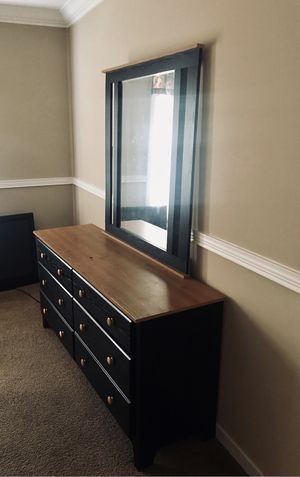 PERDUE WOODEN QUEEN BEDROOM SET for Sale in Aberdeen, MD