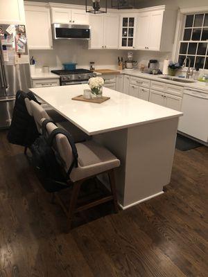Kitchen island with brand new Quartz Countetop for Sale in Naperville, IL