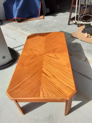 Wood coffee table for Sale in Kissimmee, FL