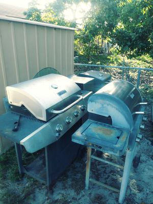 2 BBQ. 1 SMOKER. 1 CHARCOAL GRILL. FIRE PIT for Sale in Pompano Beach, FL