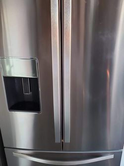 WHIRLPOOL STAINLESS STEEL FRENCH DOOR REFRIGERATOR WITH ICE AND WATER DISPENSER for Sale in Santa Clarita,  CA