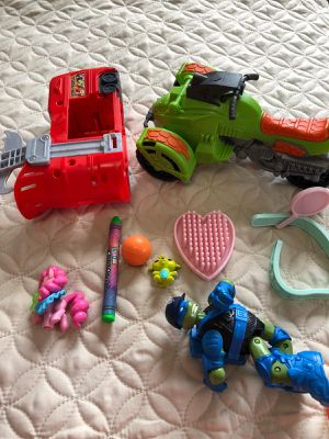 Free Small Toys for Sale in Hialeah, FL