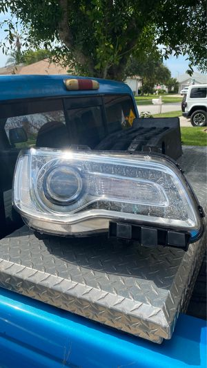 15-17 Chrysler 300 OEM Passenger side headlight for Sale in Tampa, FL