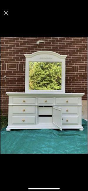 Dresser with mirror for Sale in Marietta, GA