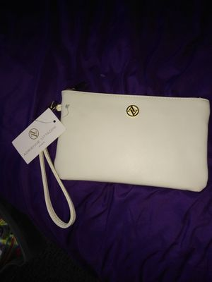 Nwt. ADRIENNE VITTADINI Ivory Charging Zip Wallet Wristlet - iPhone, Android for Sale in Orlando, FL