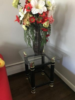 End table with flower vase and lamp for Sale in Trenton, NJ