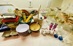 Kitchen Knives, dishes, glasses, vases and more lot over 100 pieces for Sale in San Bernardino, CA