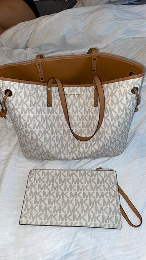 Michael kors tote bag with wristlet (new condition) for Sale in Arnold, MO