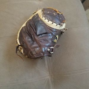 "MIZUNO FRANCHISE GXC99 RHT 33.5"" CATCHER GLOVE for Sale in Victorville, CA"