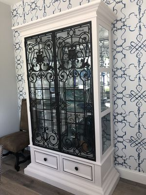 High end china cabinet with lights, mirrored back, drawers and plate grooves. for Sale in Las Vegas, NV