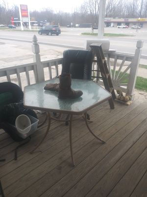 Outdoor table w/ chairs for Sale in West Jefferson, OH