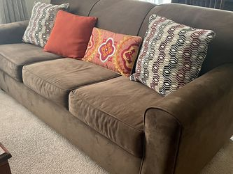 Bob's Furniture Couch w/ Pull Out Memory Foam Bed for Sale in Annandale,  VA